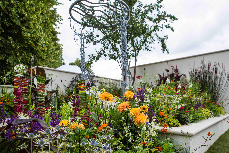 Hampton garden has fresh garden ideas for retired couples for Channel 4 garden design ideas