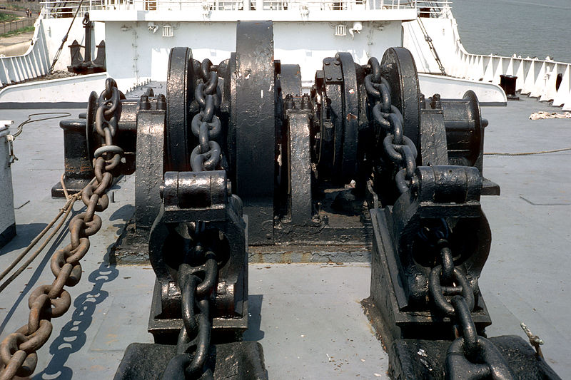 800px-SS_Stevens_anchor_windlass_01