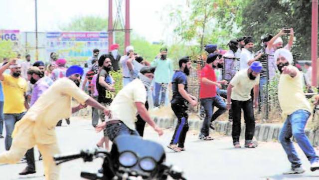 Protesters pelt stones at police in Jammu. Source- PTI photo