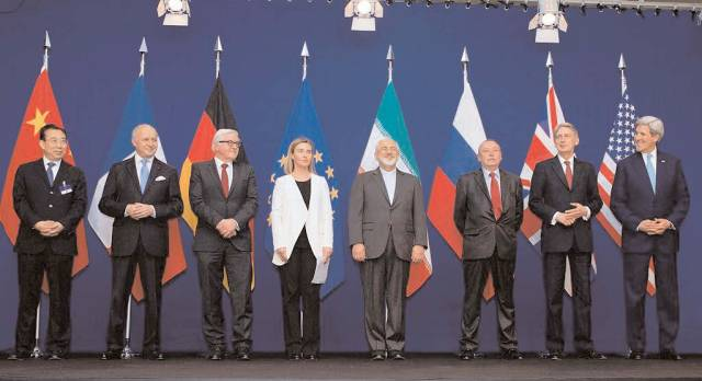 The ministers of foreign affairs of France, Germany, the European Union, Iran, the United Kingdom and the United States as well as Chinese and Russian diplomats announcing the framework for a Comprehensive agreement on the Iranian nuclear programme (Lausanne, 2 April 2015).