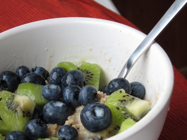 blueberry-kiwi-oatmeal-25282-2529