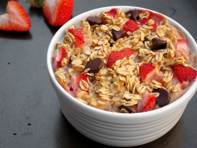 strawberry-choc-chip-baked-oatmeal-25283-2529