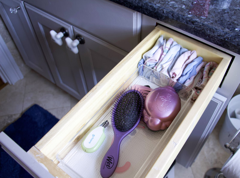 孩子们 bathroom vanity drawer organizer with hairbrushes and wash rags
