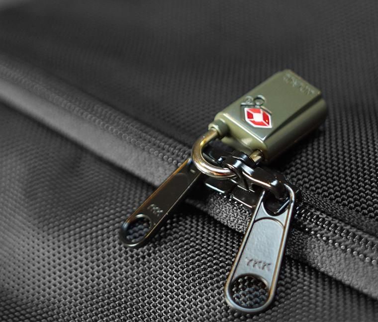 """c58a028e0d9f An example of """"Lockable Zippers"""""""