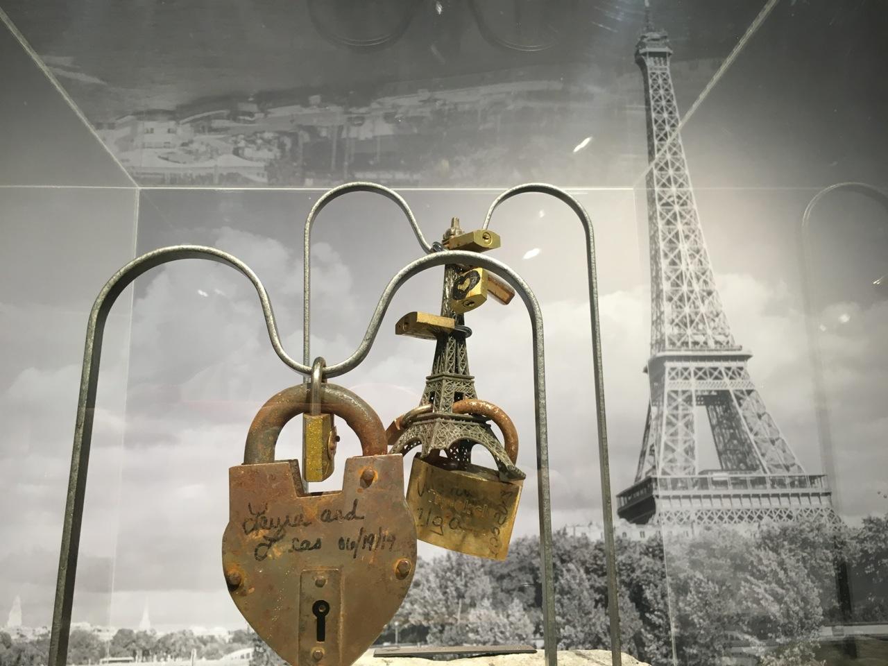 vente des cadenas d 39 amour de paris the parisienne. Black Bedroom Furniture Sets. Home Design Ideas