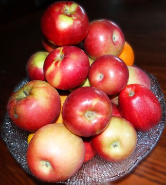 Here are my apples... I have all different varieties here, some from the Farmer's Market, some from the grocery store and some from apple picking!  A variety of different apples, some tart, some sweet will yield you the best pie!