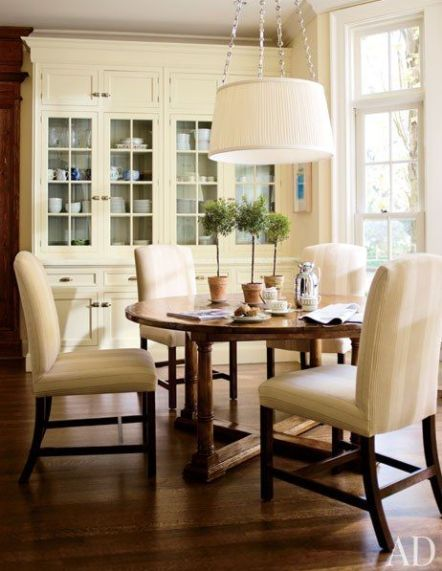 Neutral breakfast room via AD