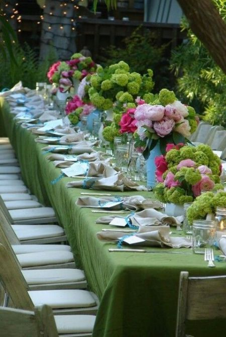 Springy pops of color on this tablescape