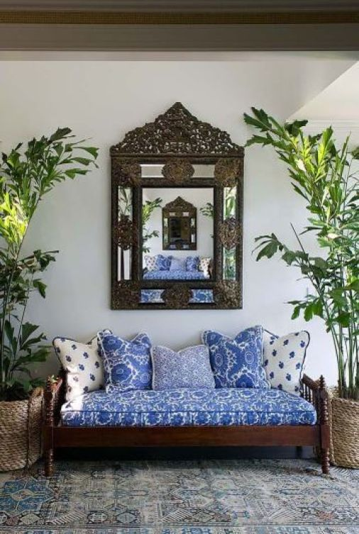 Blue and white daybed vua Phoebe Howard