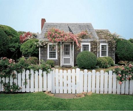 Sweet shingle style cottage by Jeffrey Bilhuber via AD