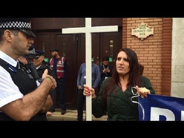 Jayda Fransen devant une mosquée - ThePrairie.fr !