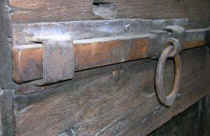An old school crossbar, courtesy Wikipedia.