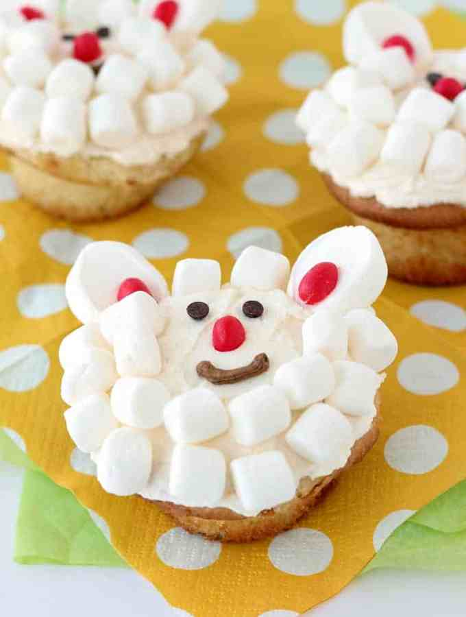Little Lamb Cupcakes: a super easy cupcake or cookie decorating technique that even the kids can help with! Perfect for Easter or spring birthdays. www.thereciperebel.com