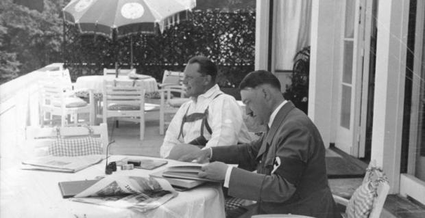Ein Urlaubstag des Kanzlers in seinem Hause auf dem Obersalzberg bei Berchtesgaden. Auch in der Urlaubszeit arbeitet der Kanzler, neben ihm sitzend Ministerpräsident Göring. 490-38
