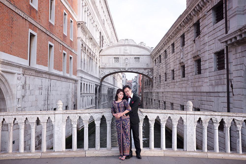 Destination pre-wedding at Venice, Italy. Rossini Photography. www.theweddingnotebook.com