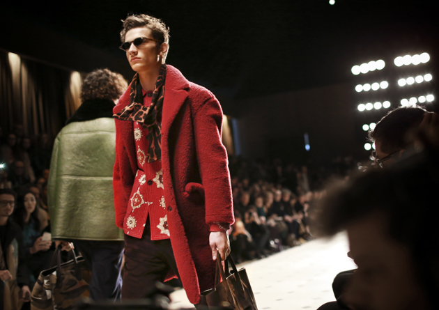 Burberry-Prorsum-Menswear-Autumn_Winter-2015-show-close-up-red-02