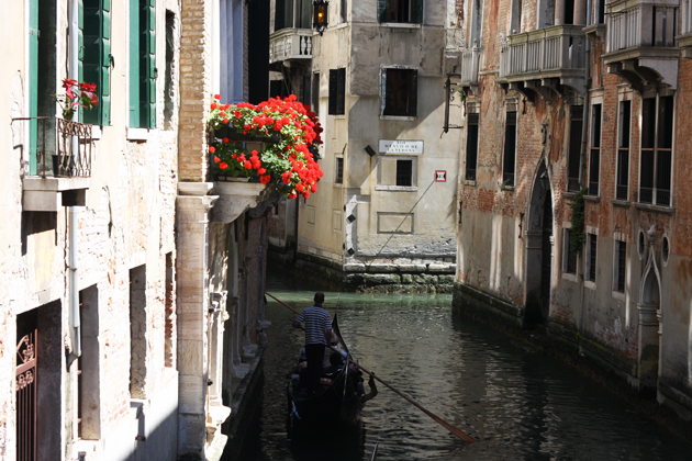 venice-101-guide-what-to-do-piazza-canal-17