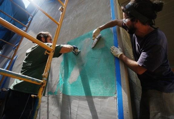Floating fiberglass mesh in lime plaster