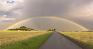 Regenbogen über dem Desenberg.