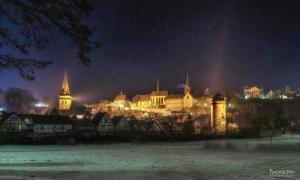 Warburg, winterliche Südansicht bei nacht.