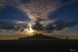 Mondaufgang über dem zur Oktoberwoche beleuchteten Desenberg.