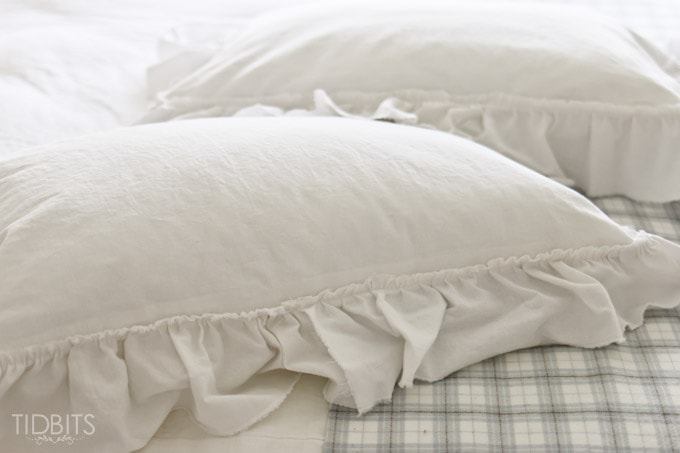 Ruffle Pillow Sham tutorial. Grab some white cozy linen fabric and make the most dreamy decorative pillows for your bed.