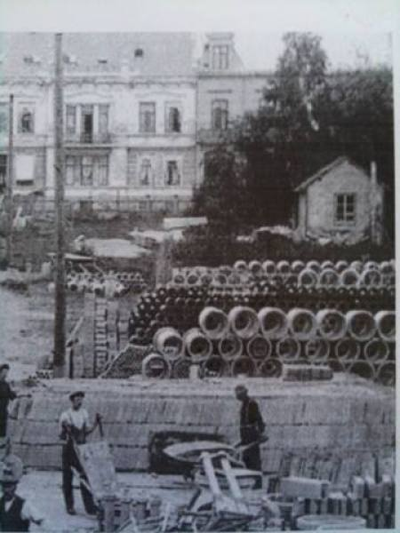 Bildet er fra Østre Strandgt i Kristiansand ca 1915 Nr 27 og 29 i bakgrunnen