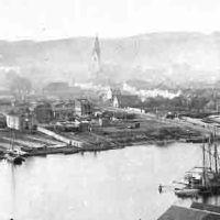 Bildet viser røykteppet over en nedbrent Kristiansand etter bybrannen i 1892. Foto: Vest-Agder fylkesmuseeum.