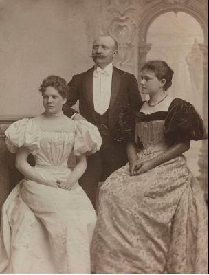 Mally Lammers (1850-1929), Thorvald Lammers (1841-1922) og søsteren Eva Nansen (1858-1907). Mally og Eva som begge sang i koret, var døtre av zoologen Michael Sars. Mally giftet seg med læreren Thorvald i 1881, Eva med Frithjof Nansen i 1889. Foto: Nasjonalbiblioteket