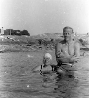 Erna & Nordahl bader i Skjærva 1930-40 årene