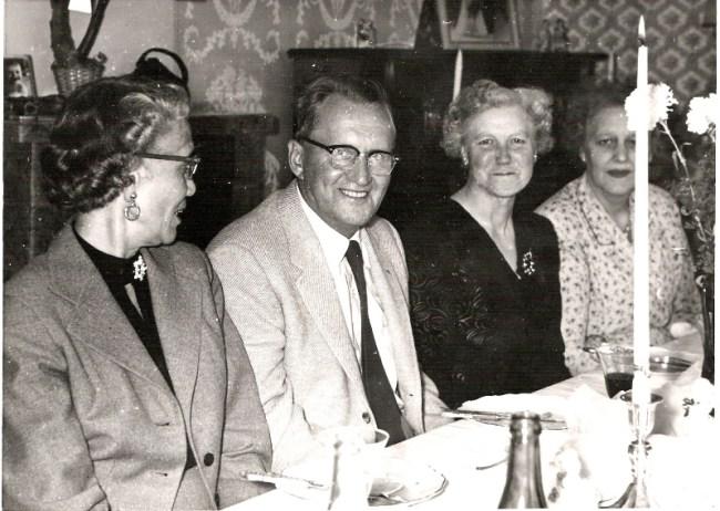 Mary Lou, Klemets kone nr. 3, Klemet, grandtante Lilly og mormor Erna. 1957