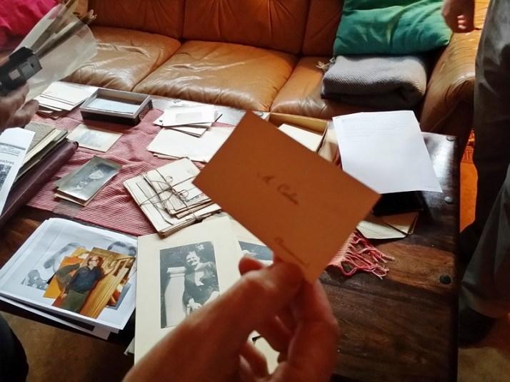 Adolfs visittkort, med bilde av Anna Landmark på bordet, fargebildet er av Carstens far som også het Carsten Arnholm