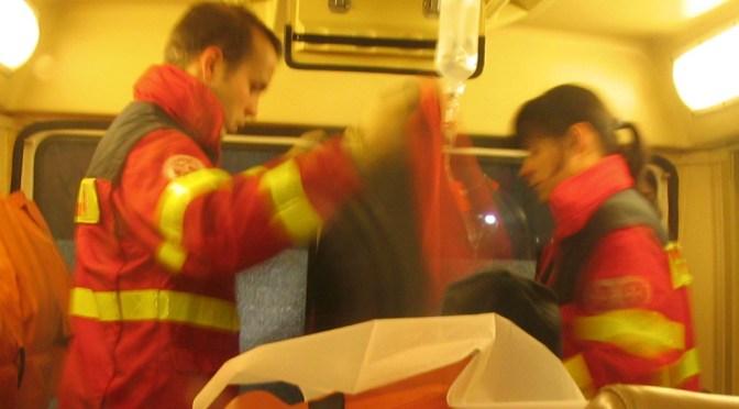 Torge Schnieder und seine Kollegin versorgen einen Patienten im Krankenwagen