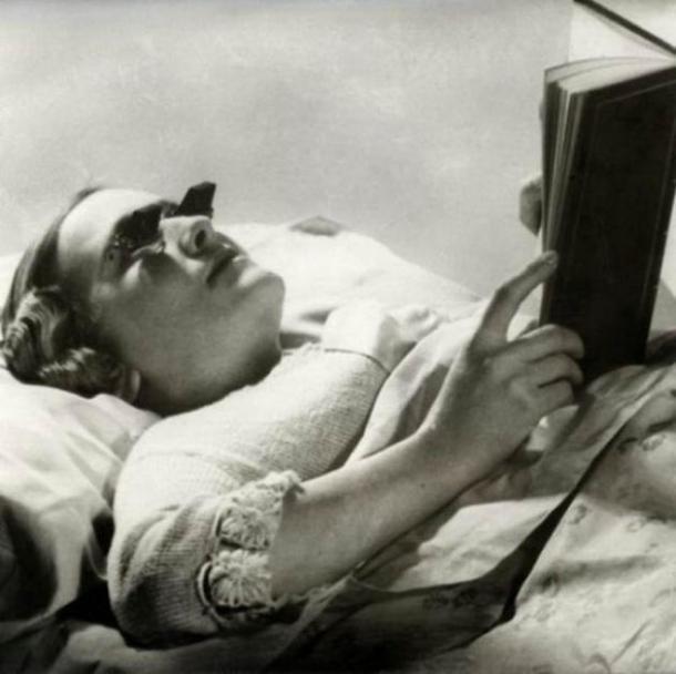 Occhiali da lettura da sdraiati – 1936