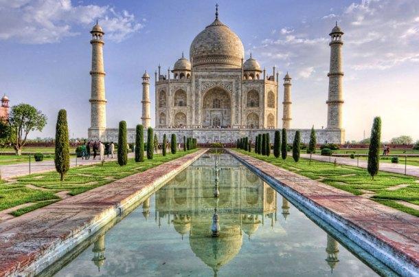 """Il Palazzo del Sultano nel capolavoro Disney """"Alladin"""" assomiglia vagamente a questa meraviglia architettonica che è il Taj- Mahal. Si tratta di un enorme mausoleo fatto costruire dall'imperatore Shah Jahan in ricordo della moglie preferita. La struttura è patrimonio dell'UNESCO, e dal 2007 fa parte delle 7 meraviglie del mondo"""