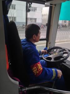Ekte busssjåfører kjører i uniform