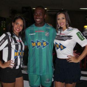 """A nova musa carijó, Aracy Aglio, o goleiro Glaysson """"paredão"""" e a modelo convidada, Adelaine Castro, em evento na sede do Ladeira"""