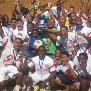 A taça é do Arsenal Mundo Novo, campeão Adulto da Copa JF de Futebol Amador