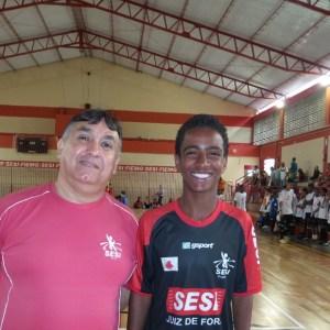 Treinador Ivan Gal e a jovem promessa do futsal Max no ginásio da Escola de Esportes do Sesi, em Juiz de Fora