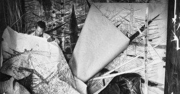 Wifredo Lam diante de uma de suas obras da sérieBroussesem seu atelier em Albissola, 1963