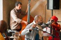 """O artista durante a performance """"12 Ballads for Huguenot House"""", em kassel (2012)"""