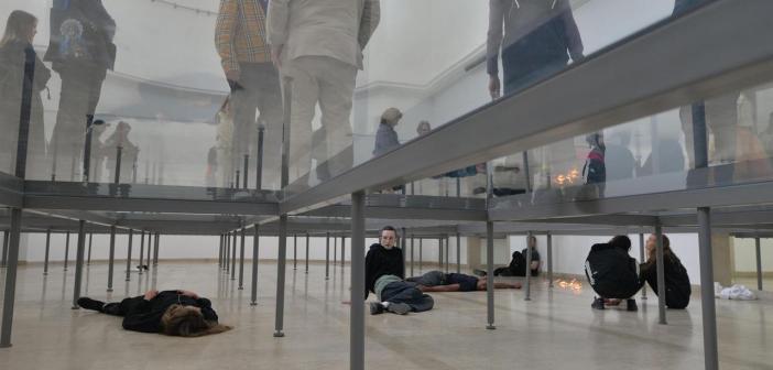 """""""Faust"""", instalação de Anne Imhof, foi a responsável pelo Leão de Ouro para o Pavilhão Nacional da Alemanha"""