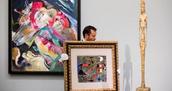 Da esquerda para a direita: Wassily Kandinsky, Bild mit weissen Linien (1913);  Joan Miró, Femme et oiseaux, (1940); Alberto Giacometti, Grande figure (1947). Cortesia Sotheby's