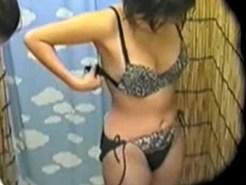 【海の家盗撮動画】海の家でシャワー後に水着から私服に着替える素人を隠しカメラで盗撮…