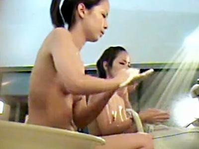 【銭湯盗撮動画】すっぴんでも可愛いポニーテールの素人女子大生を女湯で隠しカメラ盗撮…