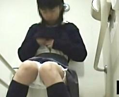 【黒髪JK盗撮動画】学園内トイレでオシッコ後に指でクリトリスを刺激してオナニーする清純な女子校生