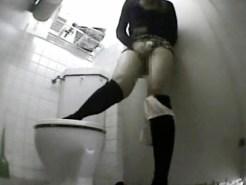 【オナニー盗撮動画】女子公衆トイレに無造作に置かれたオナニーグッズで素人ギャルが立ちオナ開始ww