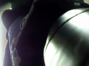 【リアル盗撮動画】満員電車内で実際に盗撮した流出動画…スカートを履いたOLを足元から逆さ撮りww