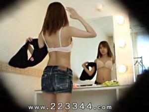【着替え盗撮動画】デニムホットパンツ履いたイベントコンパニオンの控え室を隠し撮り…