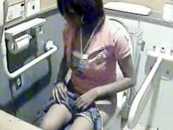 【ギャルおしっこ盗撮動画】確実に隠しカメラがバレてしまってる海の家の洋式トイレで水着ギャルの反応ww